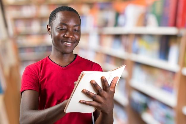 Jonge afrikaanse amerikaanse mannelijke holdingsblocnote