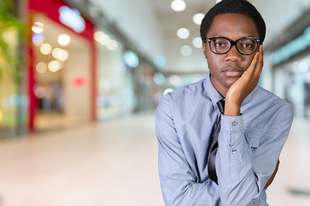 Jonge afrikaanse amerikaanse mens die een idee heeft