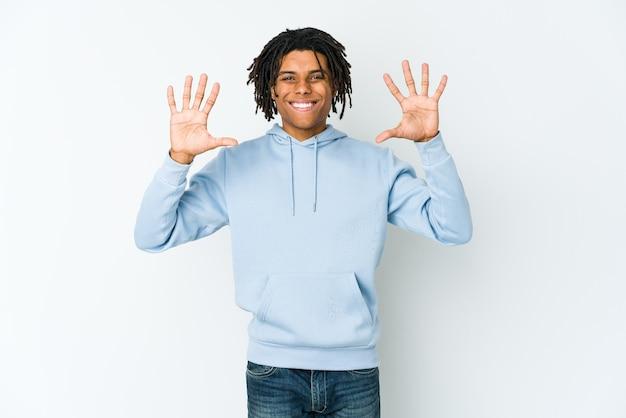 Jonge afrikaanse amerikaanse rastamens die nummer tien met handen toont.