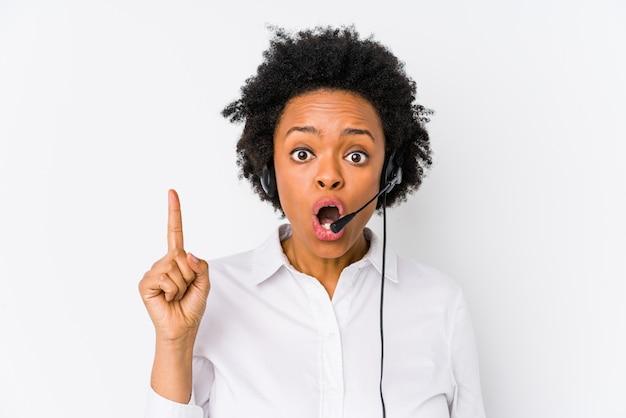 Jonge afrikaanse amerikaanse telemarketervrouw die één of ander groot idee hebben