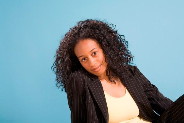 Jonge afrikaanse amerikaanse vrouw die aan kant leunt