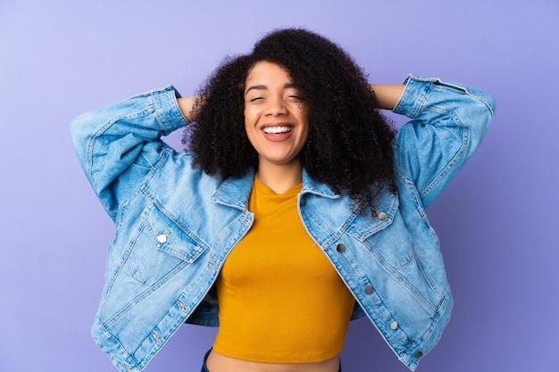 Jonge afrikaanse amerikaanse vrouw die bij het purpere lachen wordt geïsoleerd