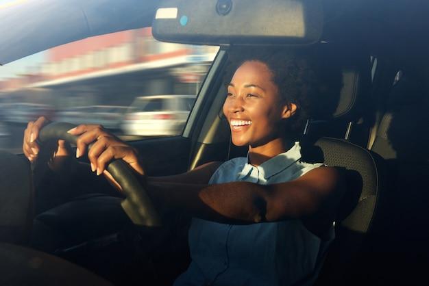 Jonge afrikaanse amerikaanse vrouw die een auto drijft