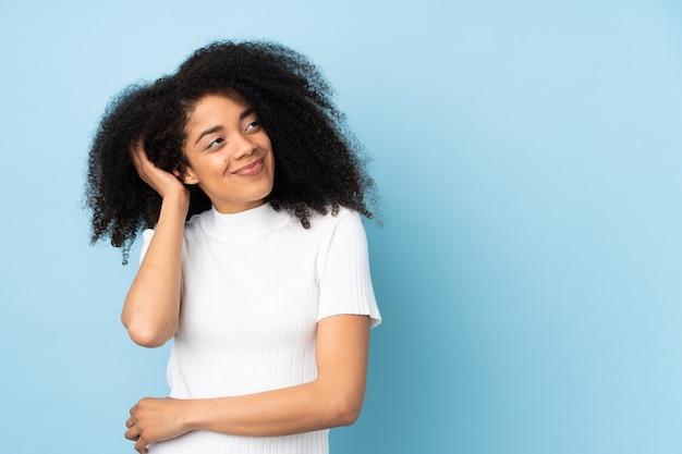 Jonge afrikaanse amerikaanse vrouw die een idee denkt