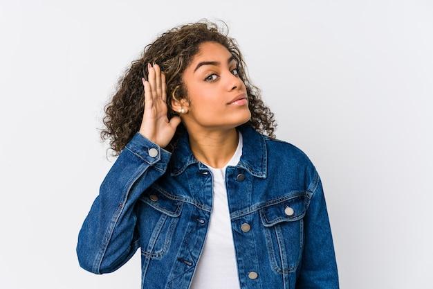 Jonge afrikaanse amerikaanse vrouw die een roddel probeert te luisteren.