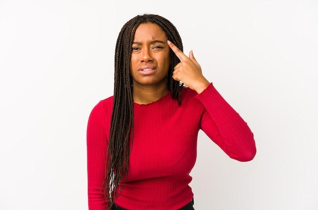 Jonge afrikaanse amerikaanse vrouw die een teleurstellinggebaar met wijsvinger toont.