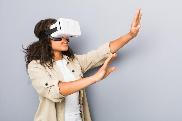 Jonge afrikaanse amerikaanse vrouw die een virtuele werkelijkheidsglazen gebruiken