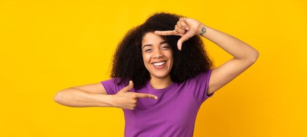 Jonge afrikaanse amerikaanse vrouw die gezicht concentreert. framing symbool