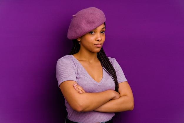 Jonge afrikaanse amerikaanse vrouw die op gele muur verdacht, onzeker wordt geïsoleerd, u onderzoekt