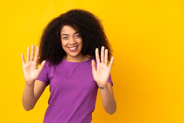 Jonge afrikaanse amerikaanse vrouw die tien met vingers telt