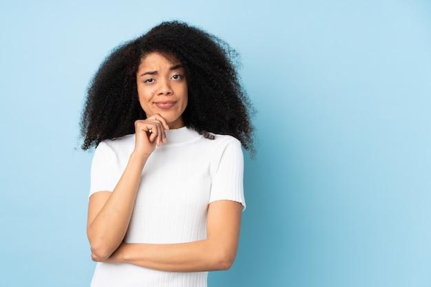 Jonge afrikaanse amerikaanse vrouw die twijfels en het denken heeft