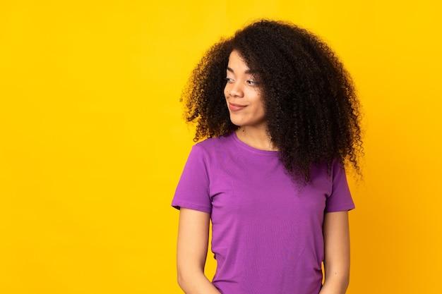 Jonge afrikaanse amerikaanse vrouw die twijfelsgebaar maakt die kant kijkt