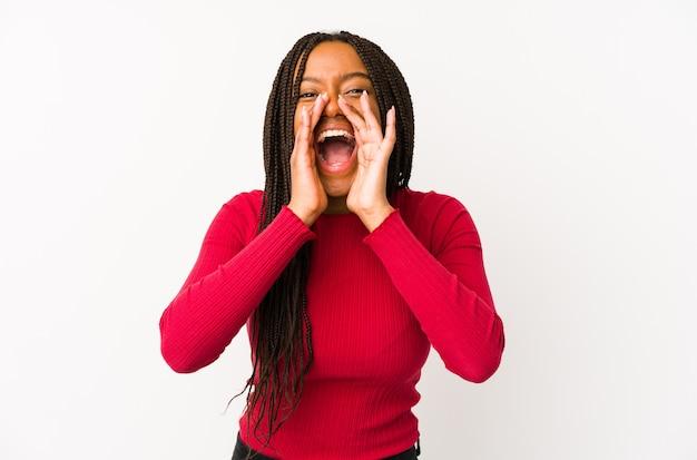 Jonge afrikaanse amerikaanse vrouw geïsoleerd schreeuwen opgewonden naar voren.