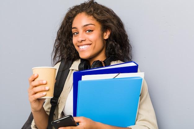 Jonge afrikaanse amerikaanse vrouw klaar om naar school te gaan