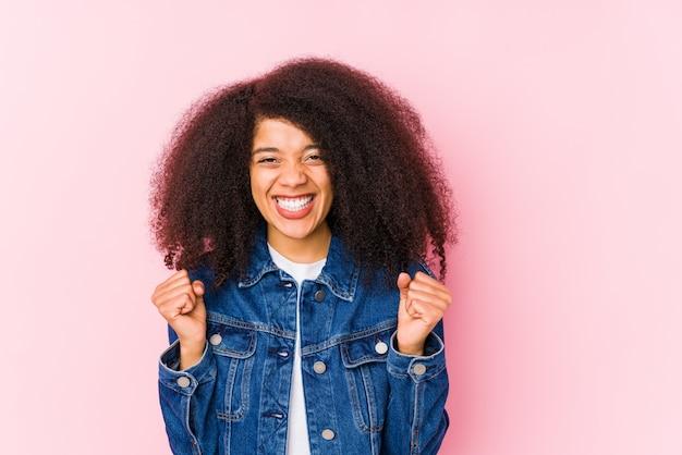 Jonge afrikaanse amerikaanse vrouw onbezorgd en opgewekt toejuichen. overwinning concept.