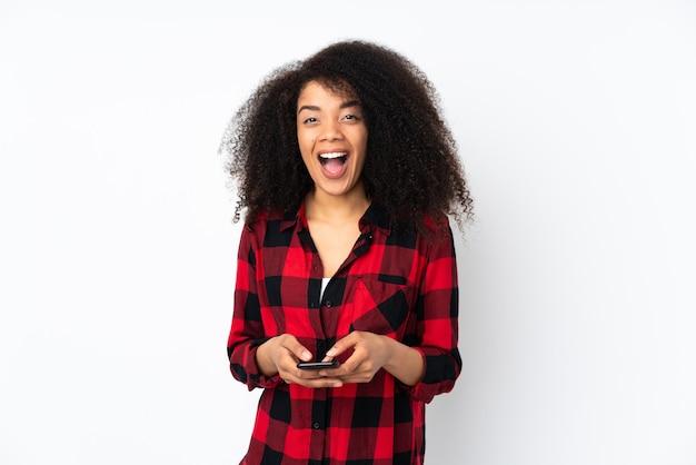 Jonge afrikaanse amerikaanse vrouw verrast en verzendt een bericht