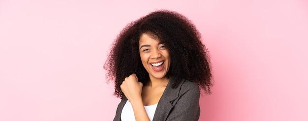 Jonge afrikaanse amerikaanse vrouw