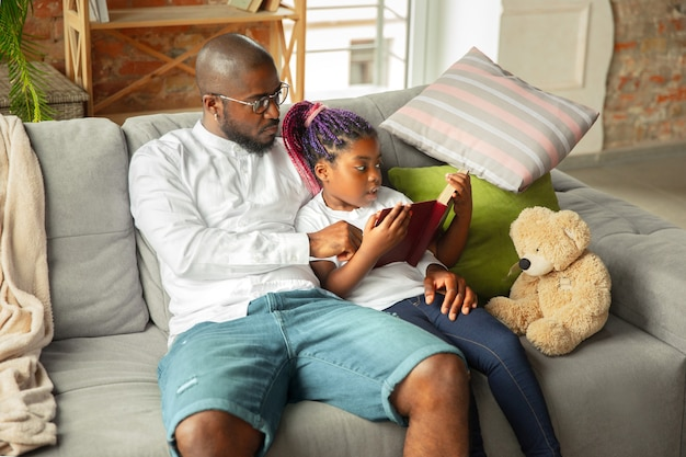Jonge afrikaanse familie die tijd samen thuis doorbrengt