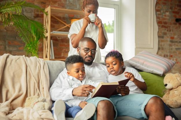 Jonge afrikaanse familie tijdens quarantaine thuis.
