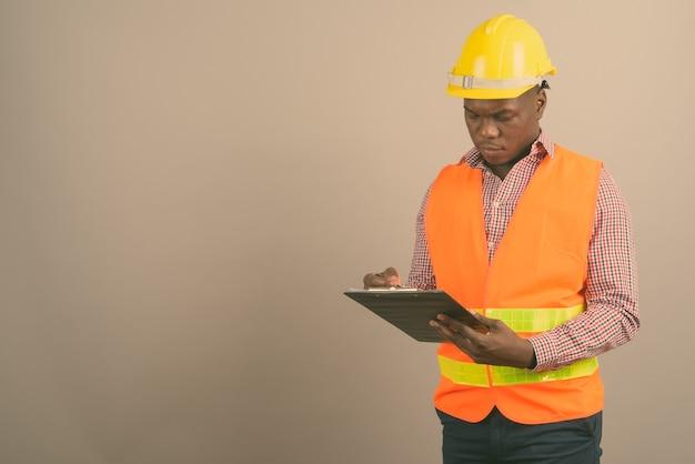 Jonge afrikaanse man bouwvakker