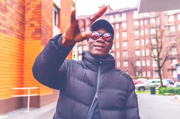 Jonge afrikaanse man buiten poseren