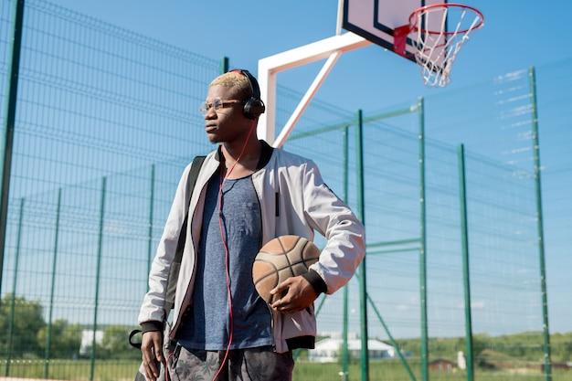 Jonge afrikaanse man met basketbal