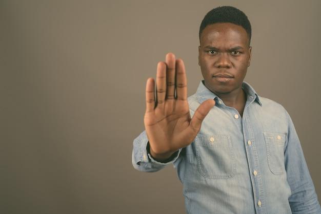 Jonge afrikaanse man met denim overhemd