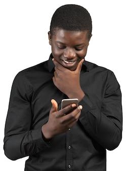 Jonge afrikaanse man met mobiele telefoon