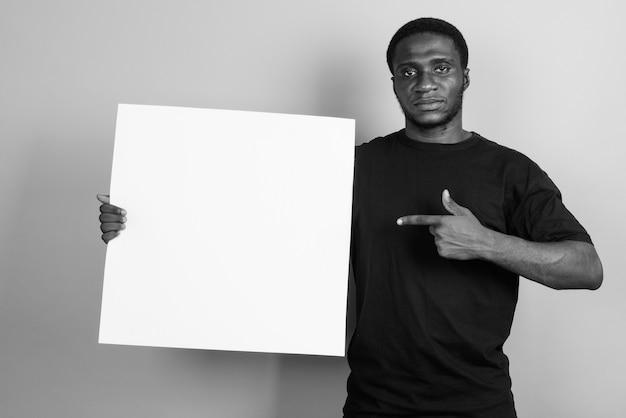 Jonge afrikaanse man met zwart shirt. zwart en wit