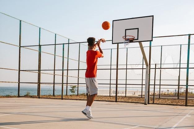 Jonge afrikaanse man spelen basketbal