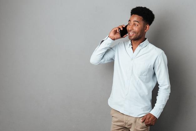 Jonge afrikaanse man spreken op mobiele telefoon