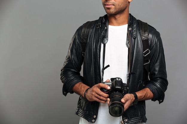 Jonge afrikaanse mannelijke fotograaf