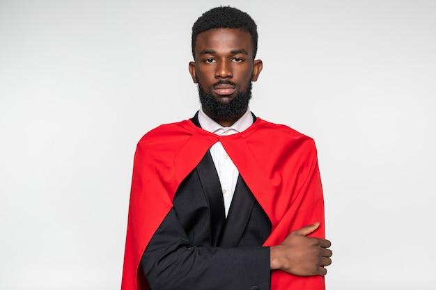Jonge afrikaanse superman poseert stemming slijtage formele slijtage wit overhemd pak