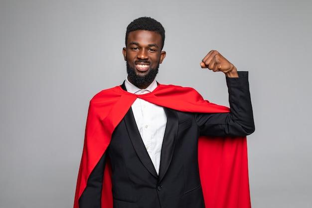 Jonge afrikaanse superman toont machtsslijtage formele slijtage pak