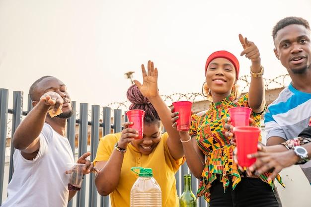 Jonge afrikaanse volwassenen die een feestje geven, plezier hebben
