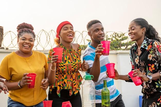 Jonge afrikaanse volwassenen die een feestje geven, veel plezier hebben, een reüniefeestje