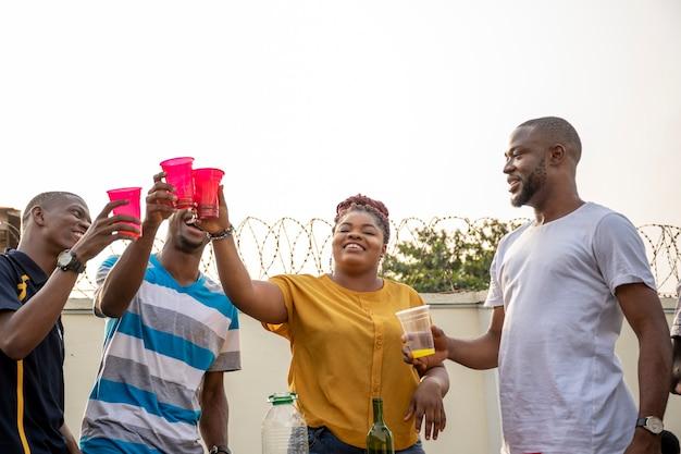 Jonge afrikaanse vrienden die het naar hun zin hebben, roosteren