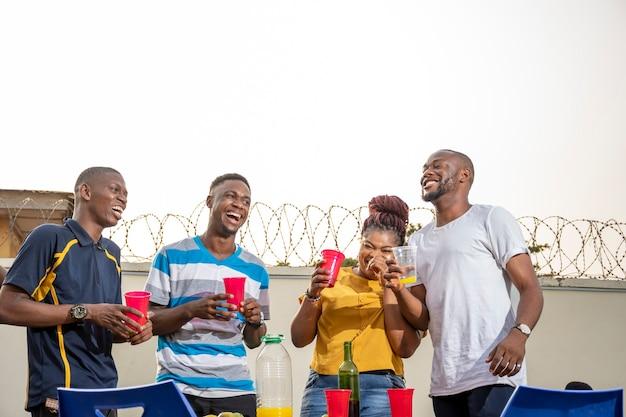 Jonge afrikaanse vrienden hebben het naar hun zin