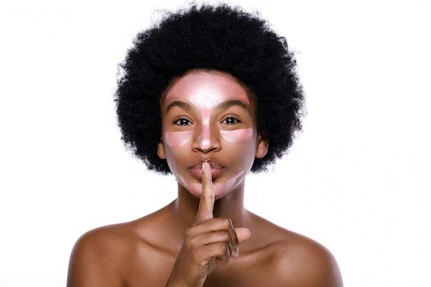Jonge afrikaanse vrouw met een zuiverend masker op haar gezicht
