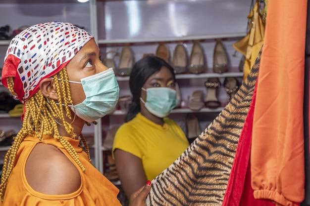Jonge afrikaanse vrouwen winkelen in een modeboetiek