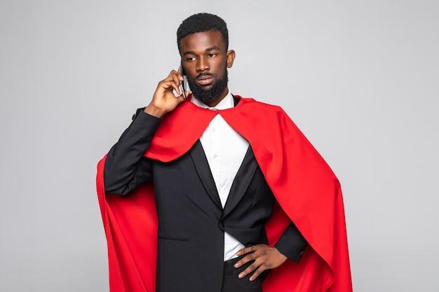 Jonge afrikaanse zakenman praten over de telefoon