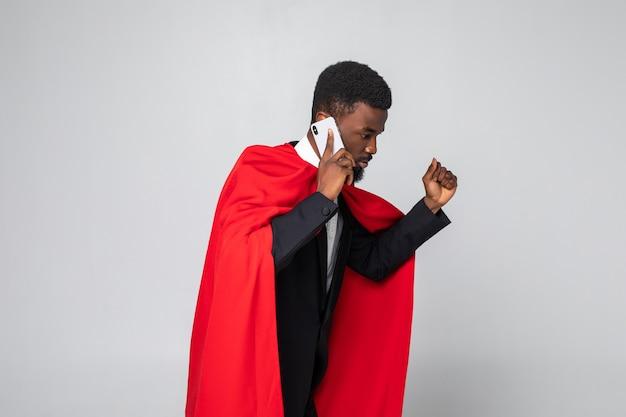 Jonge afrikaanse zakenman rennen en praten aan de telefoon Premium Foto