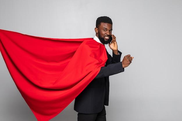 Jonge afrikaanse zakenman rennen en praten aan de telefoon