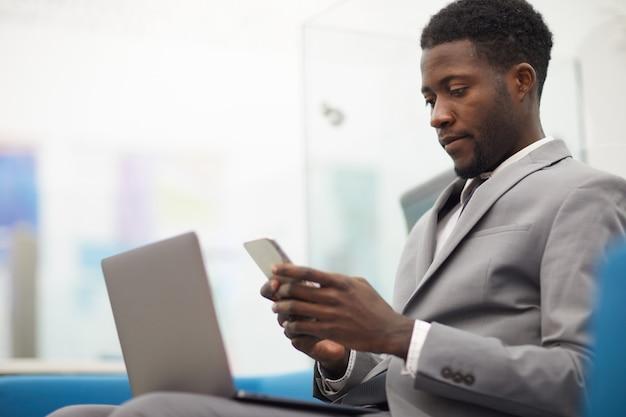 Jonge afrikaanse zakenman