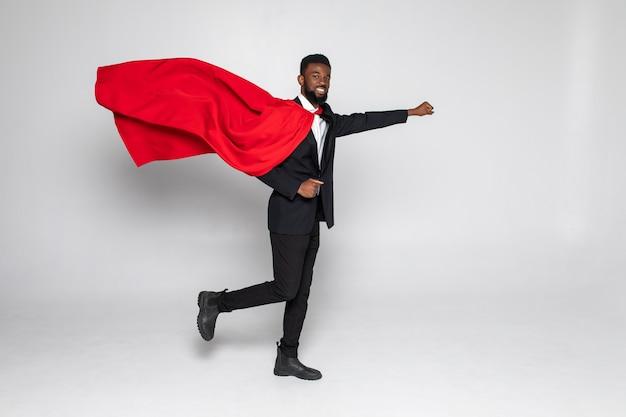 Jonge afrikaanse zakenmanheld uitgevoerd met vuist omhoog