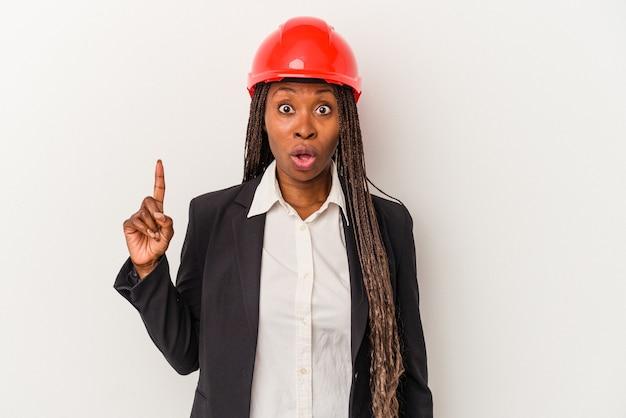 Jonge afro-amerikaanse architect vrouw geïsoleerd op een witte achtergrond met een geweldig idee, concept van creativiteit.
