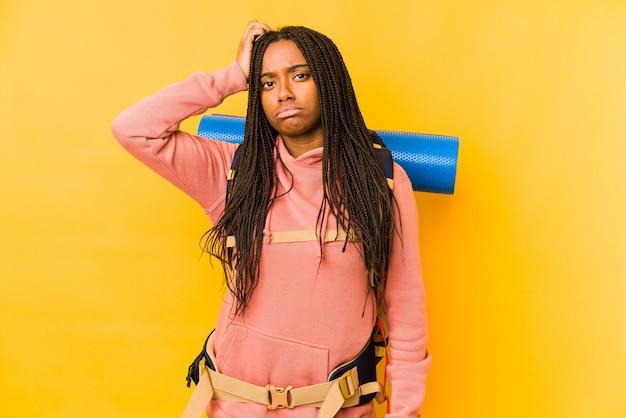 Jonge afro-amerikaanse backpacker vrouw geïsoleerd geschokt, ze heeft belangrijke bijeenkomst herinnerd.