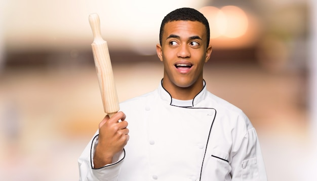 Jonge afro amerikaanse chef-kok die de oplossing probeert te realiseren