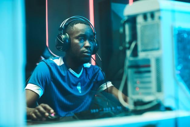 Jonge afro-amerikaanse gamer die netwerkspel speelt