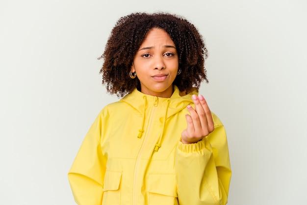 Jonge afro-amerikaanse gemengd ras vrouw geïsoleerd waaruit blijkt dat ze geen geld heeft.